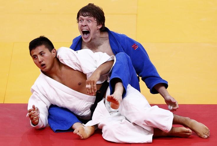 El ruso Ivan Nifontov luego de derrotar al Japonés Takahiro Nakai (blanco) en el enfrentamiento por la medalla de bronce en el judo, categoría de los 81kg, en los Juegos Olímpicos de Londres 2012 el 31 de julio de 2012.