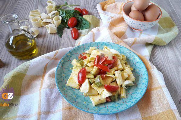 Pasta fredda con zucchine acciughe uova e pomodorini