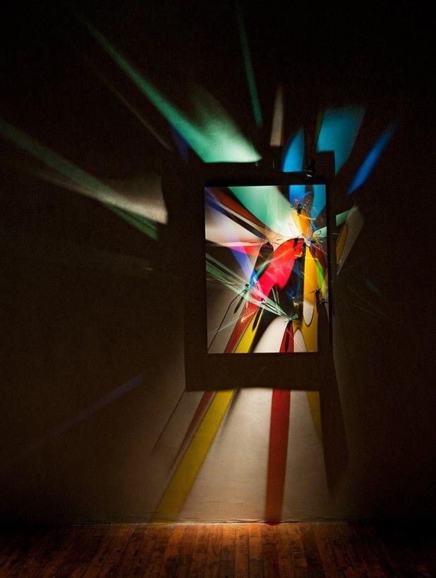L'artiste Stephen Knapp travaille depuis plus de 30 ans avec le verre, a partir de 1993 il a commencé à utiliser des petites plaques de verre colorées pour créer des oeuvres à base de lumière. Il en place des dizaines dans des faisceaux de lumière qui projettent des ombres colorées qui se mélangent pour former des peintures abstraites de lumière sur les murs.