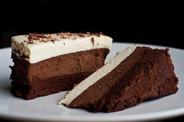 Skvělý dortík, který má tři vrstvy. Těsto, smetanový krém s bílou čokoládou a čokoládový krém. Je opravdu výborný a velmi jednoduchý. Servírovala jsem ho po obědě a příště ty dorty budou dva. Zkuste tento recept určitě vás nezklame. Co budeme potřebovat: TĚSTO 200 g čokolády na vaření 80 g másla ¼ šálku cukru 4 vejce …