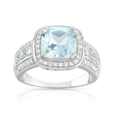 BAGUE  or blanc. 7 topazes bleues traitées total 2,70 carats, dont une centrale de 2,50 carats, et 46 diamants total 23/100e de carat, environ 5 g.  Taille 50 à 66.