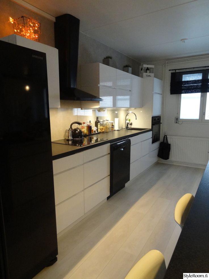 musta taso,vaalea lattia,mustat kodinkoneet,keittiön tasot,keittiö,keittiön sisustus,keittiön kaapit