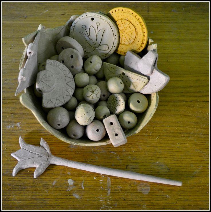 Ręcznie robione elementy ceramiczne, z których powstaje biżuteria w Manufakturze