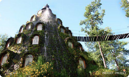 La montaña mágica (Panguipulli, Chili) Passez la nuit sous une cascade d'eau, au milieu d'une forêt chilienne.