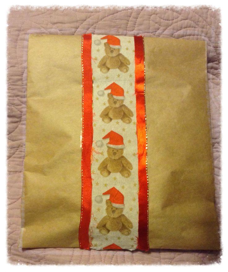 #envolver #regalos con papel café de envolver, hice un sobre. Puse con scotch de doble contacto un tira de papel confort con diseño de Navidad. Pegue en bordes cinta y listo!!