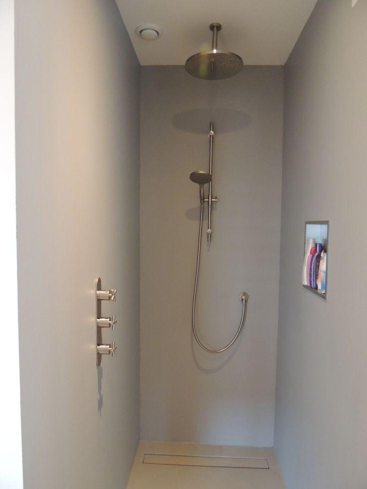 Polyurethaan gietvloer kan aangebracht worden in de doucheruimte. Op deze foto hebben we ook de wanden voorzien van Polyurethaan in dezelfde kleur. Zelfs het afdekplaatje van de drain is meegegoten in Polyurethaan. Vraag vrijblijvend een offerte aan via www.designgietvloer.nl