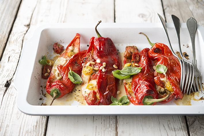Zoete puntpaprika's uit de oven met mozzarella en tomaat