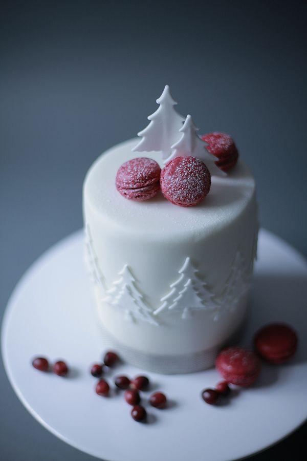 sweet little winter wedding cake ~  we ❤ this! moncheribridals.com