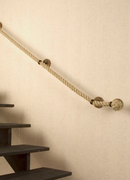 """Si queremos dar a nuestra escalera un aspecto diferente podemos utilizar ciertos artículos que brinden ese estilo que buscamos. Si te gusta """"lo"""" rústico, qué mejor manera de expresarlo que ubicando una gran cuerda, en la escalera, como pasa manos! Es un accesorio muy sencillo de instalar, pero con un acabado espectacular. Para los que …"""