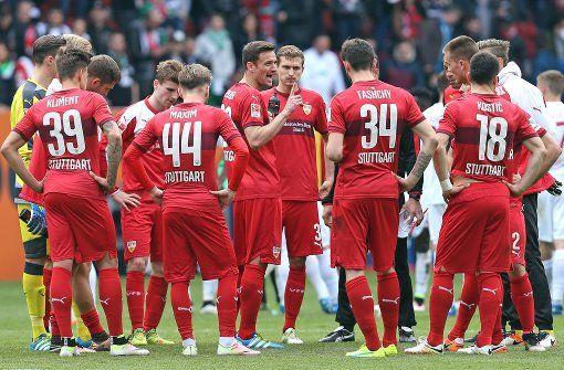 Es gibt viel zu bereden beim VfB Foto: Baumann - Kommentar zum VfB: Fünf vor zwölf - Statt entspannt ins Finale dieser Spielzeit zu gehen, taumelt der VfB mal wieder am Abgrund, es droht die Relegation, auch der direkte Abstieg ist noch lange nicht abgewendet.