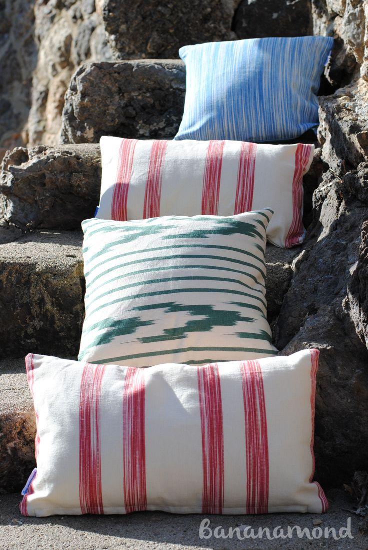 Cojines de telas mallorquinas de diferentes colores en - Escaleras de piedra ...