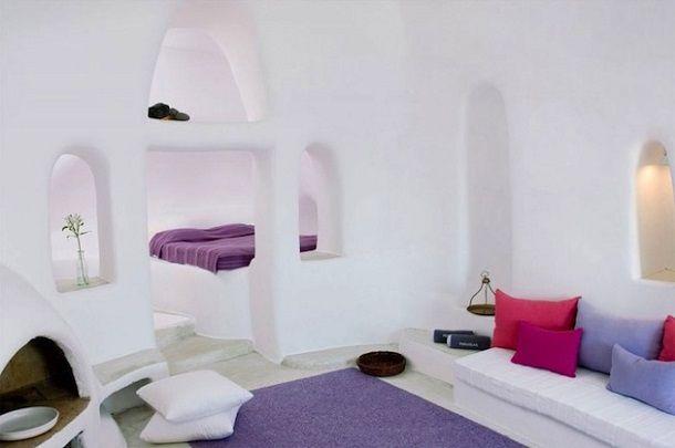 白と青と火山岩の壁が印象的なサントリーニ島の洞窟ホテル | roomie(ルーミー)