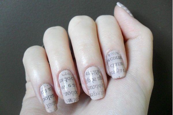 Aprenda a fazer as unhas de jornal. O Provador do Dicas ensina o passo-a-passo de como fazer as unhas com letrinhas de jornal.