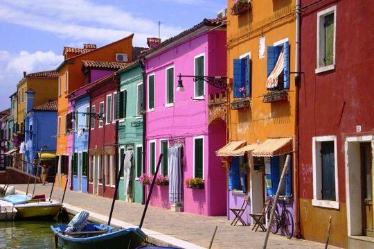 Située au nord de la lagune de Venise, Burano est un bourg de la ville lacustre aux couleurs éblouissantes. Les pêcheurs peignaient à l'origine leur maison de ces couleurs pour les repérer en cas de brume.