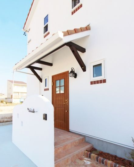 まっ白な塗り壁がかわいいフレンチカントリーの家