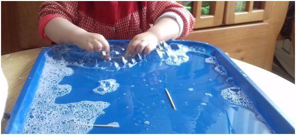 Utilizar bandejas de exploración con agua y detergente, para formar algunas burbujas, observar cambios e ir experimentando. Esta experiencia se puede complementar con otros materiales, según sean los intereses del grupo de niños en particular