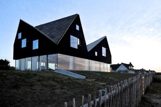 Dune House - Maison surélevée, garder le toit en apesanteur + système pilotis mais vitré  Forme triangulaire, très géométrique, Bois massif