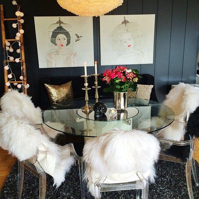 Et til fra spisestua💫 #stuami #livingroom #spisestue #spisestuesofa #myhome #interiør #interior #instahome #inspiration #interior4all #interiorforyou #interiordesign #finahem #vakrehjem #blomster #flowers #tipstilhjemmet #boligpluss #bobedre #bonytt #stoler #design #louisghost #chair #bilder #phokus.no #johnandreaasen #kontrazts #diningandwining💕