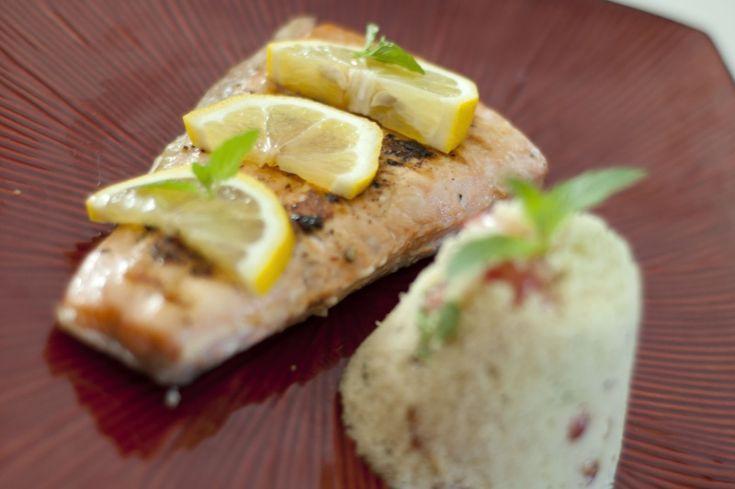Łosoś to bardzo wdzięczna ryba, właściwie nawet usmażony bez dodatków jest gotowy do spożycia. Dziś postanowiłam rozjaśnić trochę jesienną aurę cytrusowymi smakami. Uwielbiam połączenie mięty z cytryną, postanowiłam dodać jeszcze do tego dania pestki z granatu dla podkreślenia smaku i voila - obiad w 15 minut gotowy.  [ifram