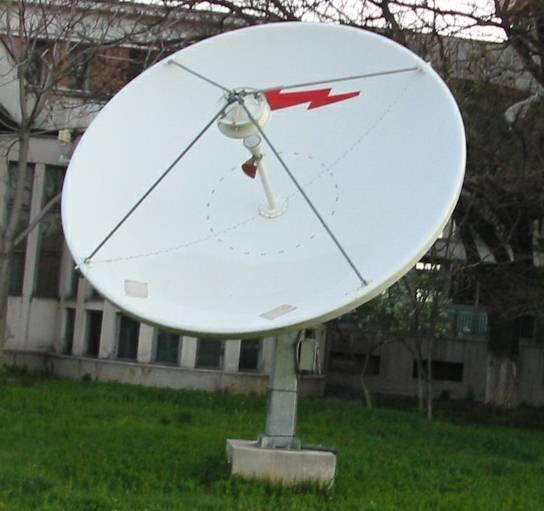 antenna parabolica con illuminatore a dipolo