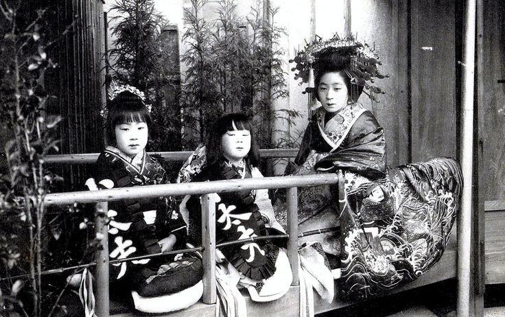 Tayuu and Kamuro 1910 (the Tayuu's kimono appears to depict Wokou (Japanese Pirates) and Tsunami (Great Wave) motifs.)