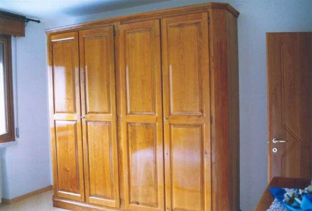 #closet Armadio artigianale costruito su misura di legno di  ciliegio e lucidato a mano con finitura a tampone. Particolari sono sui fianchi laterali che hanno uno smusso a 45 gradi per alleggerire la visione del lato del fianco dell'armadio.