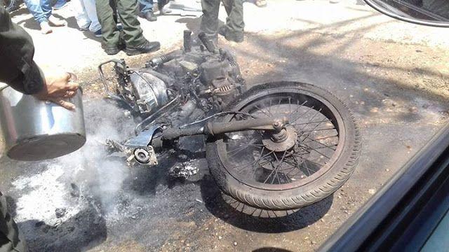 Incineran moto de presuntos ladrones en Calle Oscura