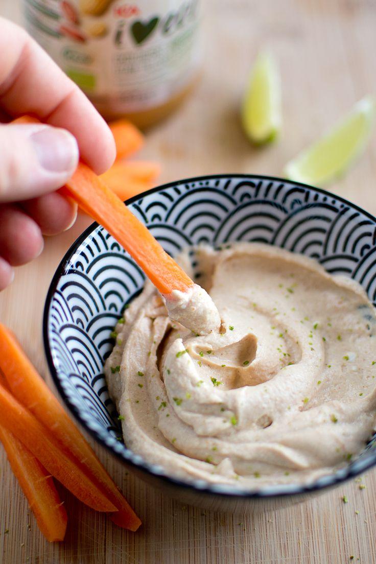 Holiday-dipp på pulver i all ära, men… Här kommer ett snabbt recept på en egen, hemmagjord dipp! Vi åt dippen till grönsaker, men den funkar säkert till lättsaltade chips också. Eller kanske rotfruktschips? I grönsaksväg gillar jag bäst att dippa morötter, men det finns ju massor av grönsaker som är goda att dippa. Sockerärter, rå …