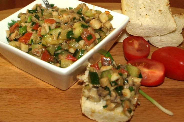 Теплый салат из цукини, грибов, помидор черри, зеленого лука