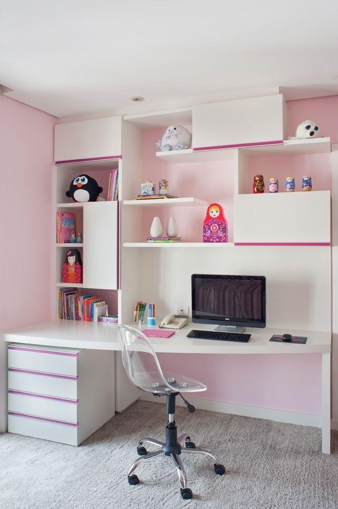 """As arquitetas Ana Cristina Tavares e Claudia Krakowiak Bitran, da KTA, se valeram das variações pastel do rosa para dar delicadeza ao cantinho de estudos do quarto de uma menina apaixonada pela cor. A base rosinha ganhou a companhia de móveis brancos com frisos """"pink"""" e do tapete cinza. Em linhas retas, as estantes conferiram um ar mais contemporâneo ao ambiente"""