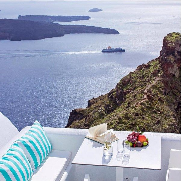 Located upon the impressive cliffs of the #Caldera, #AstraSuites resembles to a heavenly place all dressed in white. http://www.tresorhotels.com/en/hotels/10/astra-suites