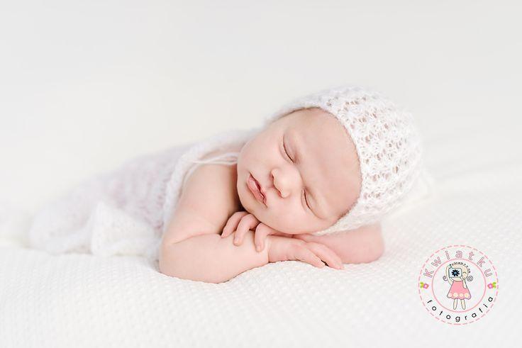 Kwiatku Fotografia noworodkowa Pruszcz Gdański, zdjęcia noworodków Trójmiasto. Sesja zdjęciowa Gdańsk. Zdjęcie dziewczynka, noworodek. Sesja świąteczna noworodków w Trojmiescie