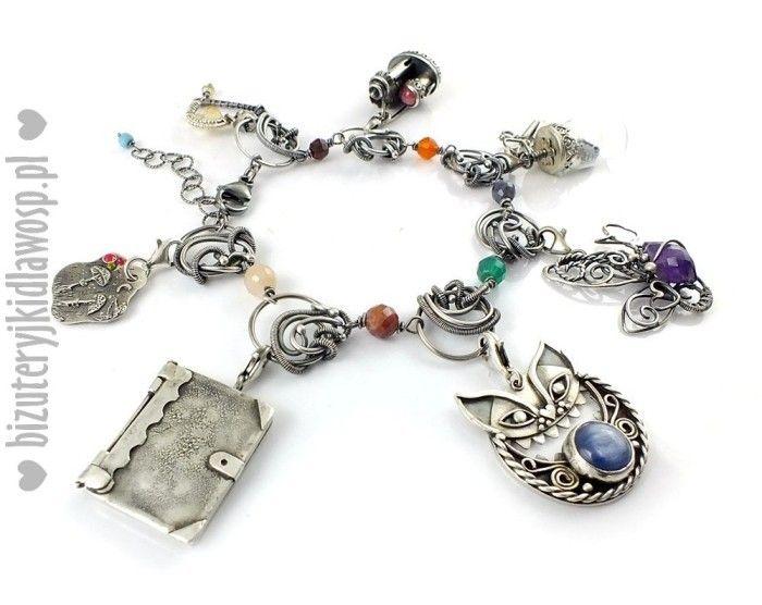 """Wśród naszych aukcji znajdziecie również bransoletkę """"Kraina Czarów"""" z 7 srebrnymi charmsami."""