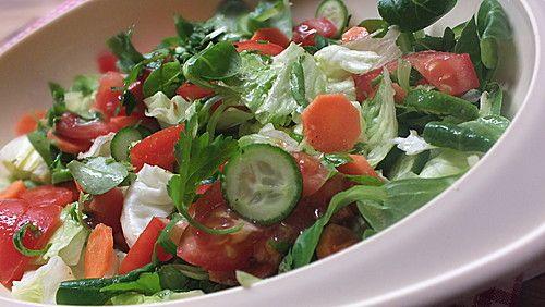 die besten 25 gemischter salat ideen auf pinterest salate sommer frische tomaten rezepte und. Black Bedroom Furniture Sets. Home Design Ideas