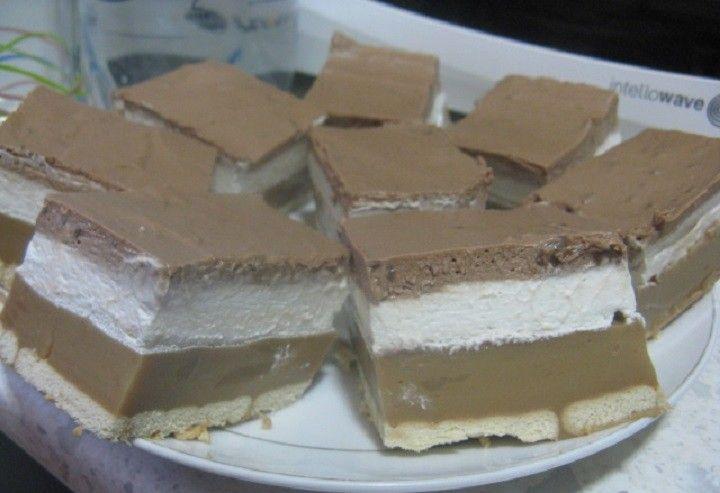 A háztartási kekszet édesített tej és kávé vagy rum (rumaroma) keverékében beáztatjuk, Egy közepes méretű, magas falú tepsit k...