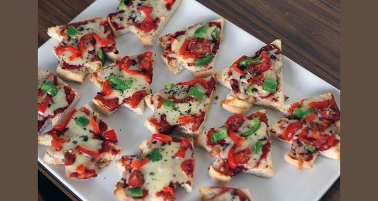 Bijna elk kind is gek op pizza's. Om helemaal in de #kerstsfeer te blijven maken we deze kerstpizza's. Leuk om te serveren bij het #kerstdiner of op school!