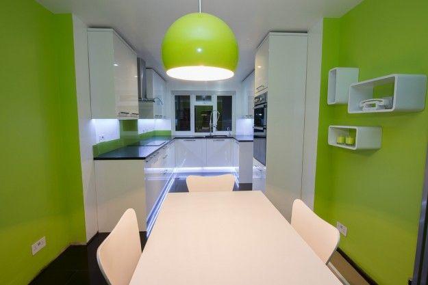 Tinte accese per la cucina - Una cucina anonima, chiara e senza personalità acquisisce nuova vita grazie a tinte accese.