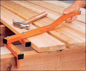 Acomodar maderas panceadas antes de atornillarlas