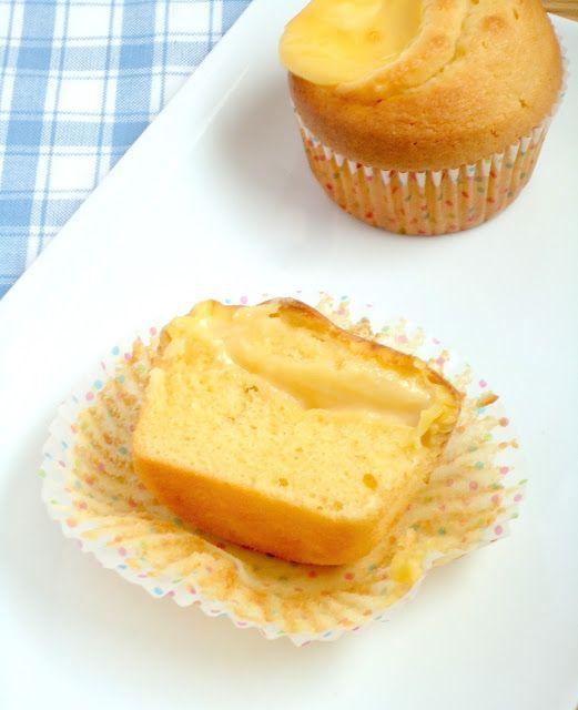 In een eerdere post liet ik zien dat het heel makkelijk is om zelf je gele room te maken! Gele room is ook uitermate geschikt om mee te bakken. Zo maakte ik al eens deze appeltaart met gele room en nu custard cakes. Het is het lekkerst als ze nog een beetje warm zijn, de zoete cake is heerlijk met de zachte warme custard. Maar ook koud kan ik ze niet weerstaan.  Ingredienten voor 12 stuks 1 portie gele room 150 gram roomboter 150 gram suiker 150 gram zelfrijzend bakmeel 3 eieren…