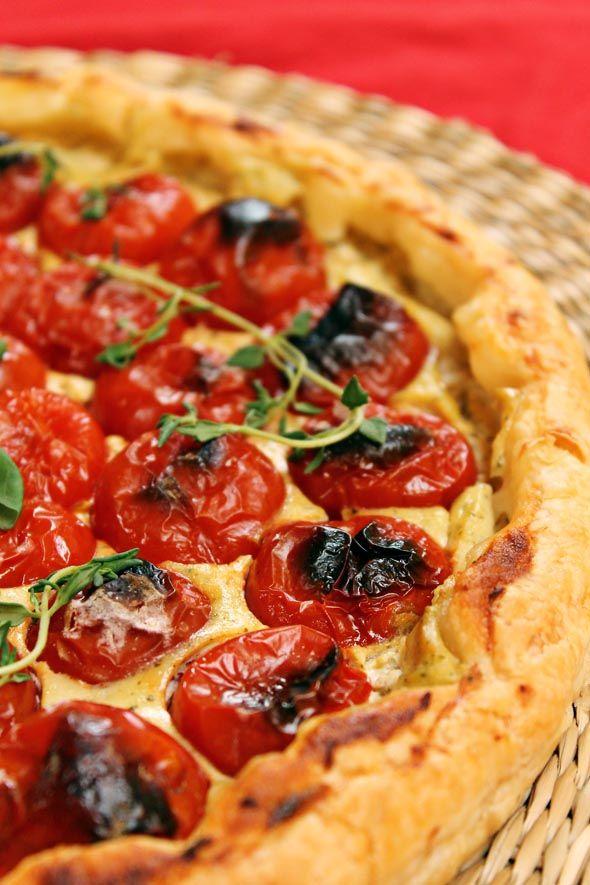 Pomodoro e basilico: con questi due ingredienti non ci si annoia proprio mai! Oggi sono i protagonisti della torta salata ai pomodorini e crema al basilico. <3  Ricetta su: http://karmaveg.it/torta-salata-pomodorini-crema-al-basilico/