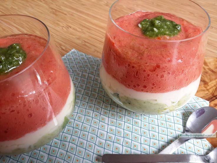 Serveer deze feestelijke zijdezachte mozzarella crème met tomaat en avocado bij de brunch met Pasen, of gewoon op een doordeweekse donderdag mag ook.