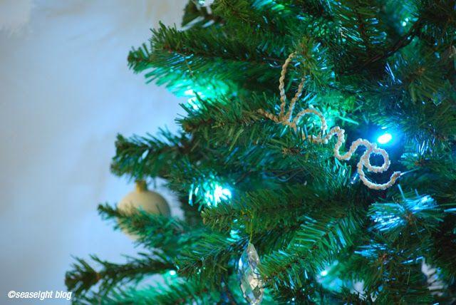christmas decoration: chirstmas words. Le parole del Natale con fil di ferro e spago canapa.