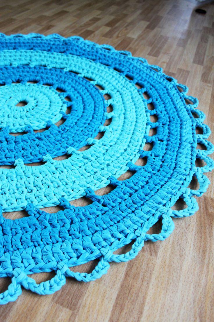 Virkade mattor har jag gjort några stycken de senaste åren. Jag har nu jämfört olika mönster som jag gillar och testat lite egna idéer och knåpat ihop ett eget virkmönster. Lägger ut mitt mönster h…