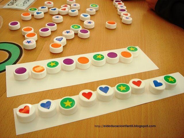 Eideducacioinfantil. Seriacions amb taps de plàstic, on hem enganxat gomets de diferents formes i colors.
