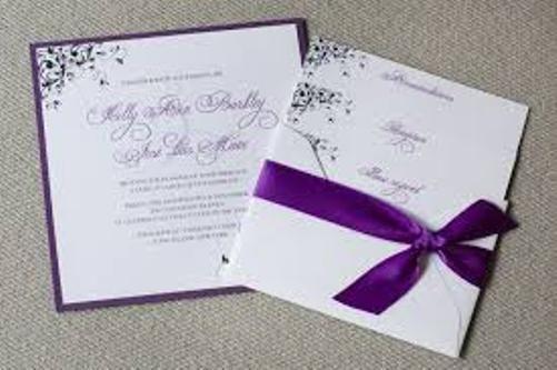 warna putih undangan pernikahan hardcover dengan pita warna ungu
