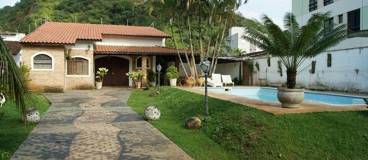 Passe Carnaval em Caraguatatuba, SP! Essa casa com piscina na Prainha acomoda 8 pessoas.  #férias #feriado #folga #carnaval2015