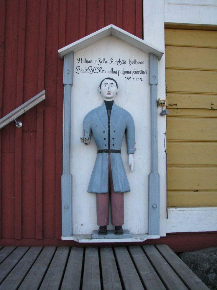 """Kurikka Jurvan kirkon vaivaispoika, jonka on todennäköisesti tehnyt Kalle Henrik Sakarinpoika Kron eli """"Sakarin-Kassu"""" 1850-luvulla. Pituutta ukolla on 105 cm. (Lähde: Vaivaisukot, Markus Leppo)."""