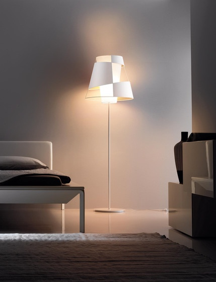 Product: Crinolina Fabrikant: Pallucco  Designer: Susanne Philippson Jaar: 2009  Crinolina is a collection of lights which evokes the shape of oldfashioned skirts. The defining feature of the lights is the diffuser with its perfectly balanced arrangement of filled and empty sections. Whatever angle the light is seen from, it appears asymmetrical, yet at the same time it is the perfect fusion of opposites.