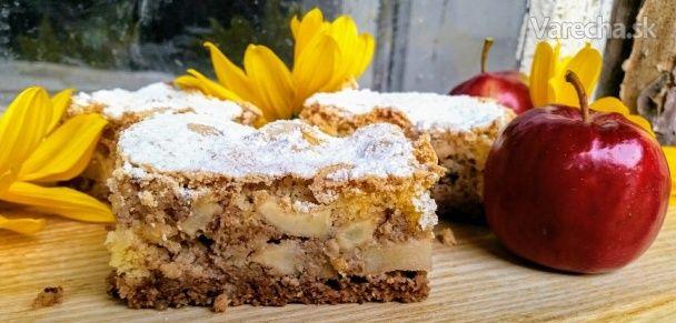 Jablkovo-orechový piškótový koláč