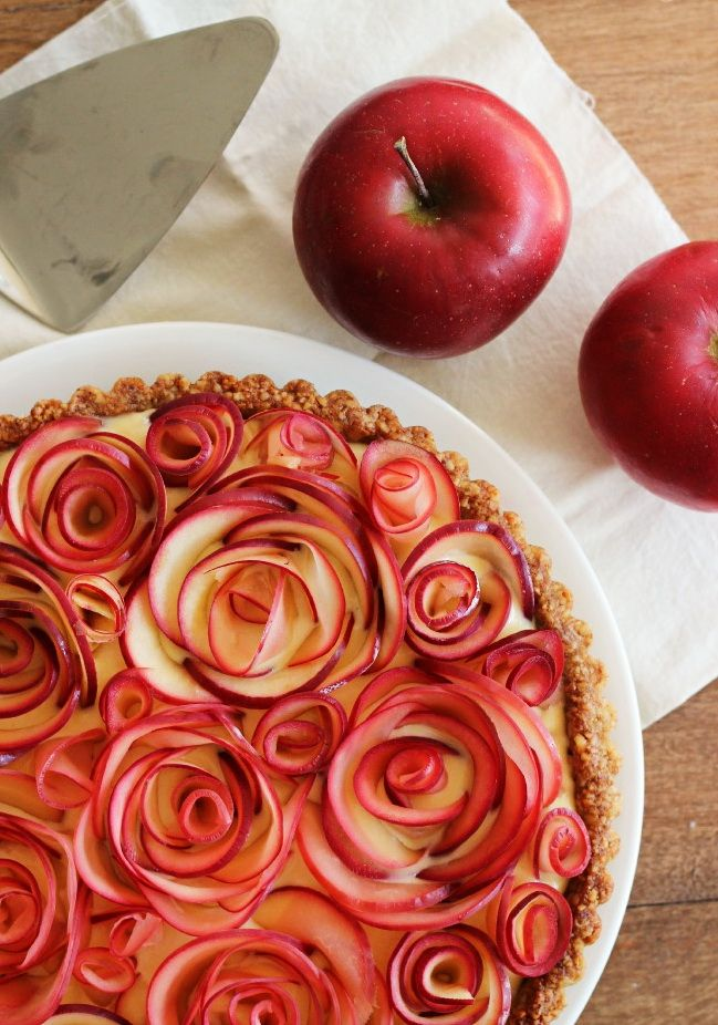 apple-pie-with-curly-rose-decor-best-easy-thanksgiving-dinner-dessert-recipe-ideas